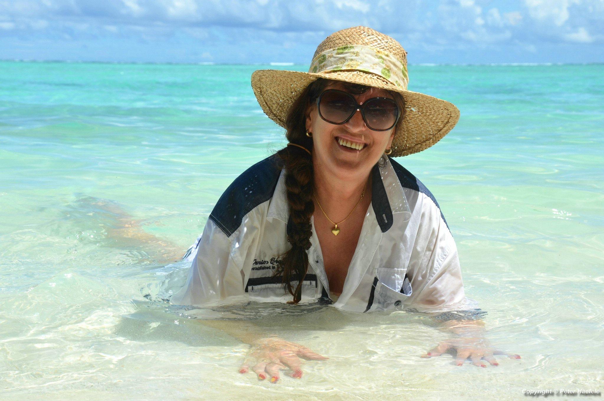 Fotoshooting Frau mit Strohhut Malediven Sun Island Resort und Spa Sued Ari-Atoll