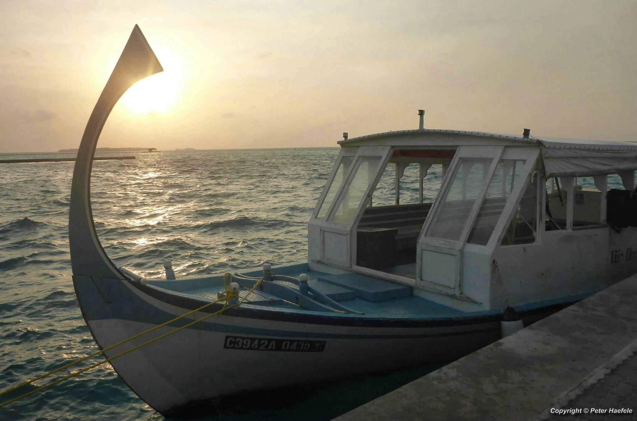 Maledivisches Dhoni im Sonnenuntergang, Ari Atoll Malediven