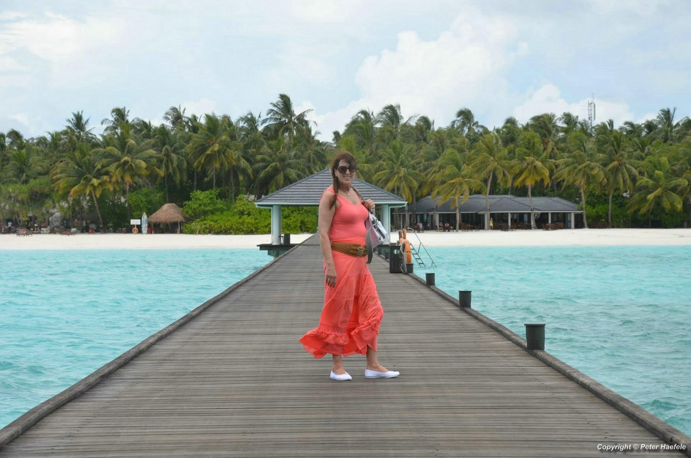 Fotoshooting Frau im roten Kleid Sun Island Resort und Spa Sued Ari-Atoll Malediven